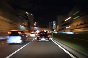 交通イメージ 夜の東京の道路を走行する車 FYI00193309