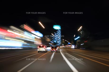 交通イメージ 夜の東京の道路を走行する車 FYI00193316