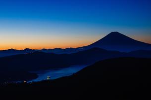 夕方の富士山と芦ノ湖 FYI00193576