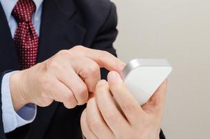 スマートフォンとビジネスマン FYI00200235