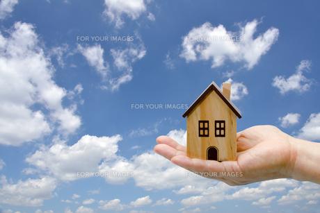手のひらの上の玩具の家 FYI00200242