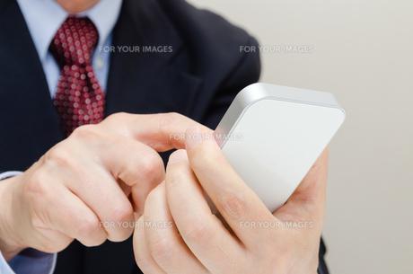 ビジネスマンとスマートフォン FYI00200247