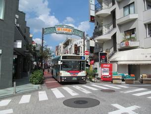 商店街の看板とバス FYI00201628