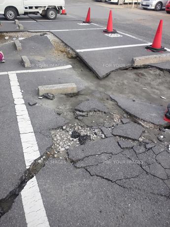 地割れした駐車場 FYI00206488