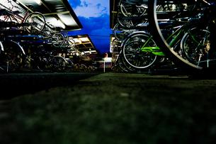 夜の駐輪場に並べられた自転車 FYI00210610