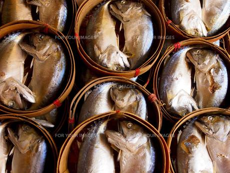 竹の籠に入っている鯖の干物 FYI00213003