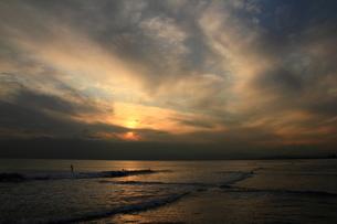 雲の多い日の 海辺の夕陽 FYI00213367
