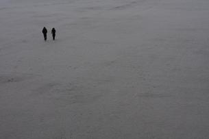 雪のグラウンドを歩く2人 FYI00216062