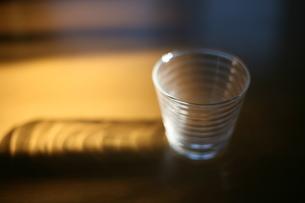 窓から入った日を受けるグラス FYI00216083