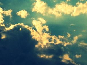 雨雲と青空の間の光 FYI00219470