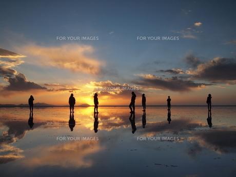 鏡張りのウユニ塩湖 夕日と共に… FYI00221316