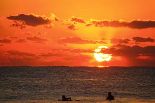 朝日とサーフィン FYI00222050
