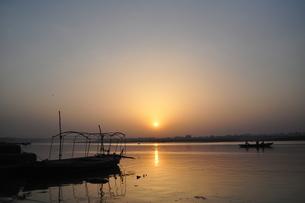 ガンジス川の朝日 FYI00231756