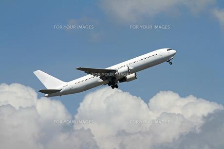 上昇する飛行機 FYI00240257
