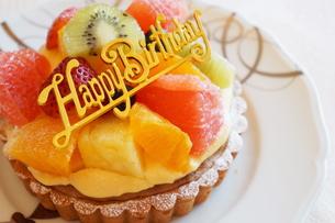 誕生日のフルーツタルト FYI00242240
