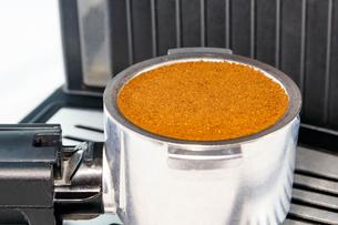エスプレッソマシーンでコーヒーを入れる FYI00248394