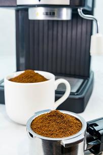 エスプレッソマシーンでコーヒーを入れる FYI00248406