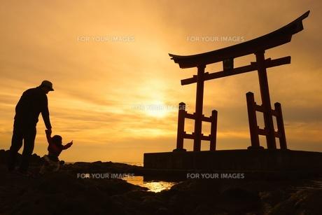 夕日と親子 FYI00259621
