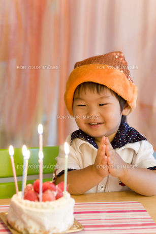 バースデーケーキと嬉しそうな子供 FYI00263413