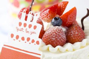 バースデーケーキとメッセージカード FYI00263420