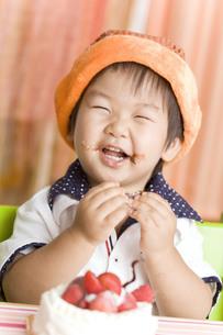 バースデーケーキをおいしそうに食べる子供 FYI00263423