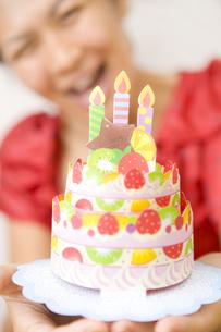 ケーキと喜ぶ女性 FYI00263444