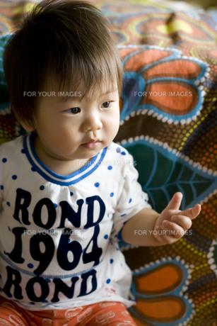座っている赤ちゃん FYI00263470