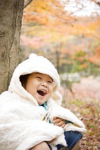 紅葉と笑顔の子供 FYI00263851