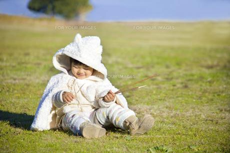 草原で遊ぶ子供 FYI00263855