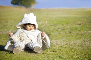 草原で遊ぶ子供 FYI00263862