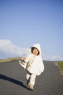 花を持って駆け寄る子供 FYI00263894