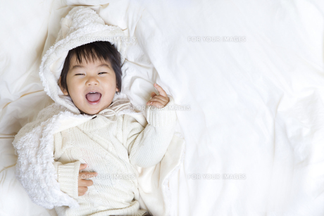 笑いかける子供 FYI00263926