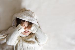 目を隠すせ笑顔の子供 FYI00263937