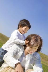 楽しそうな子供と祖母 FYI00263989