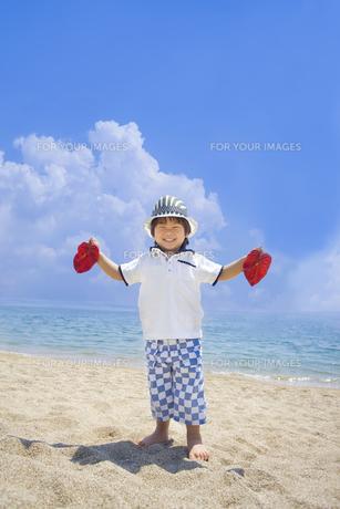 夏の海で遊ぶ笑顔の子供 FYI00264354