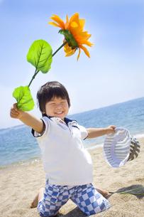 夏の海で遊ぶ元気な子供 FYI00264374
