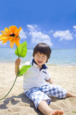 夏の海で遊ぶ笑顔の子供 FYI00264397