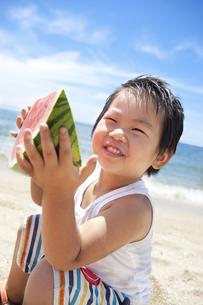 海でスイカを持つ笑顔の子供 FYI00264400