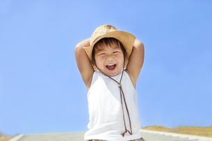青空と笑顔の子供 FYI00264462