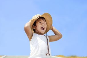 青空と楽しく笑う子供 FYI00264475