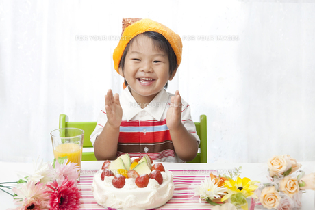 お誕生日の歌を歌う子供 FYI00264520