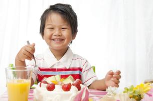 お誕生日の嬉しそうな子供 FYI00264525