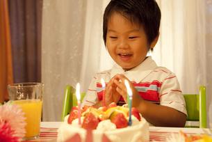 バースデーをお祝いする子供 FYI00264527