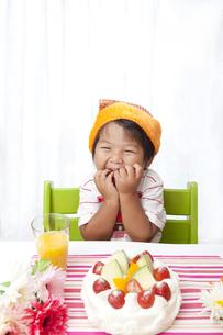 誕生日の、うれしそうな子供 FYI00264533