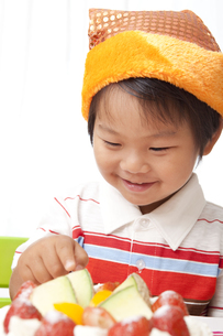 うれしそうにケーキを指さす子供 FYI00264534