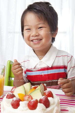 誕生日のうれしそうな子供とバースデーケーキ FYI00264541