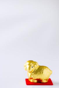 白バックの金の羊 FYI00264792