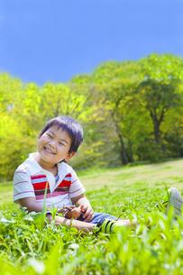 草原で笑う子供 FYI00264867