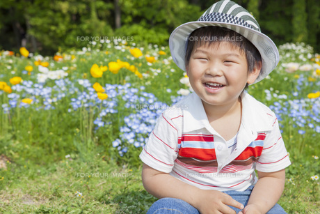 花畑で笑う子供 FYI00264892