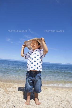 ビーチで楽しく遊ぶ子供 FYI00264917